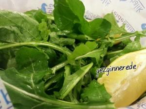 Roka salatası elde balık