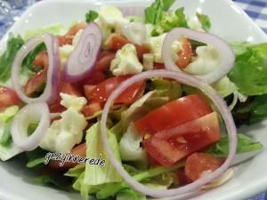beyaz peynirli yeşil salata elde balık